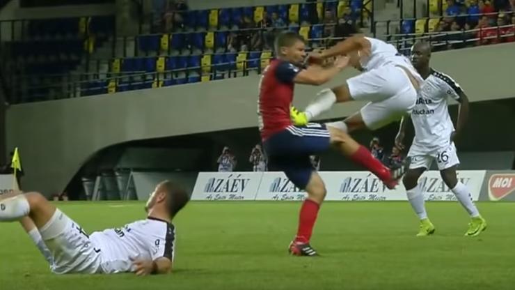 Czy to najostrzejsze zagranie w historii futbolu? Francuz pomylił dyscypliny (WIDEO)